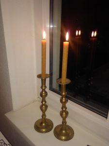Schabbatleuchter, zwei Kerzen, mit denen Juden den Schabbat begrüßen